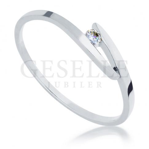 Delikatny pierścionek zaręczynowy z białego kruszcu z oprawionym brylantem o masie 0.04 ct
