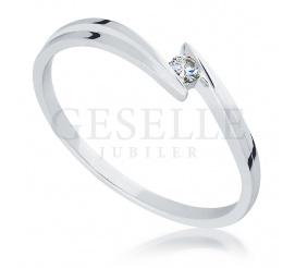 Romantyczny, pierścionek zaręczynowy z białego złota z brylantem o masie 0,03 ct