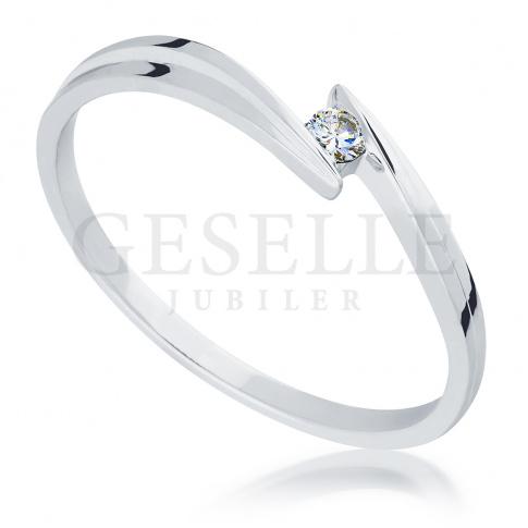 Romantyczny, pierścionek zaręczynowy z białego złota z brylantem o masie 0.03 ct