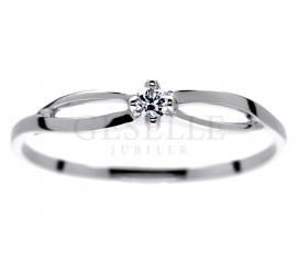 Na zaręczyny - delikatny pierścionek z białego złota z brylantem o masie 0,04 karata