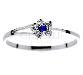 Subtelny pierścionek zaręczynowy - kwiatek z szafirem i brylantami 0.07 ct w białym złocie