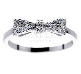 Uroczy pierścionek z mieniącymi się brylantami z białego złota w kształcie kokardki