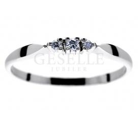 Delikatny pierścionek z białego kruszcu próby 585 z 3 brylantami