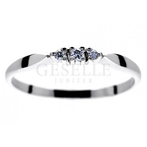 Delikatny pierścionek z białego kruszcu z 3 brylantami