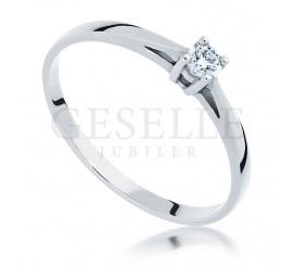 Stylowy i ponadczasowy pierścionek na zaręczyny z białego złota z brylantem 0.12 ct