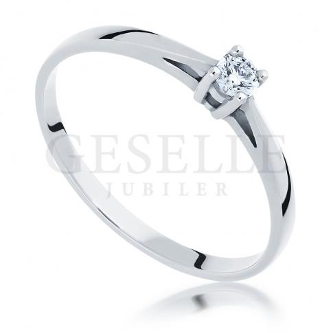 Stylowy i ponadczasowy pierścionek na zaręczyny z białego złota z brylantem 0.10 ct
