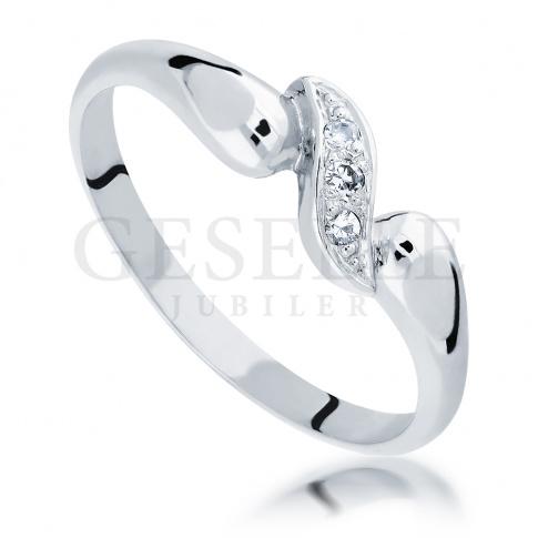 Subtelny pierścionek na oświadczyny z białego złota z oszlifowanymi diamentami o masie 0.03 ct