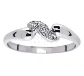 Subtelny pierścionek na oświadczyny z białego złota z oszlifowanymi diamentami o masie 0,03 ct