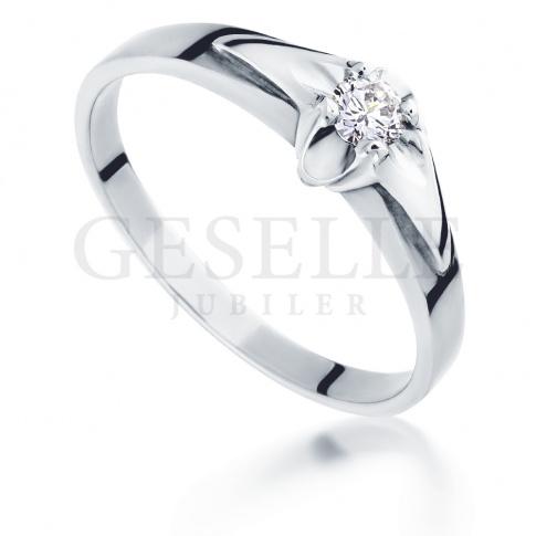 Nowoczesny pierścionek zaręczynowy z białego złota z brylantem o masie 0.11 ct