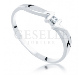 Oryginalny pierścionek zaręczynowy z białego złota z brylantem 0.04 ct