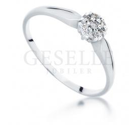 Kwiatowy pierścionek zaręczynowy z białego złota z 7 brylantami o masie 0,07 karata