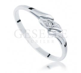 Subtelny i dyskretny pierścionek z białego kruszcu z lśniącym brylantem o masie 0.01 ct