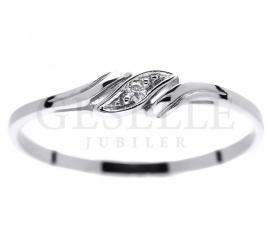 Subtelny i dyskretny pierścionek z białego kruszcu z lśniącym brylantem o masie 0,01 ct