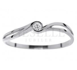 Delikatny pierścionek zaręczynowy z białego złota pr. 585 z brylantem 0.04 ct