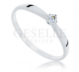 Klasyczny pierścionek z białego, 14-karatowego kruszcu z najprawdziwszym brylantem 0.04 ct