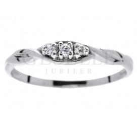 Pełen prostoty i elegancji pierścionek zaręczynowy z białego kruszcu 14K  z trzema brylantami 0.05 ct