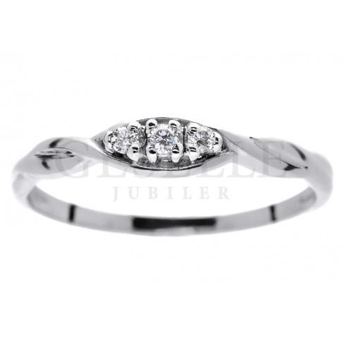Pełen prostoty i elegancji pierścionek zaręczynowy z białego kruszcu - z trzema brylantami 0.05 ct