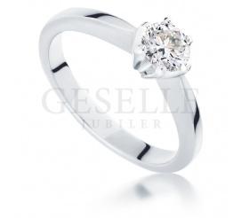 Półkaratowy brylant w białej oprawie ze złota - doskonały pierścionek zaręczynowy 0.50 ct