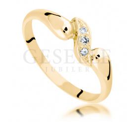 Subtelny pierścionek na oświadczyny z żółtego złota z oszlifowanymi diamentami o masie 0.03 ct