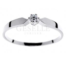 Doskonały pierścionek zaręczynowy z kolekcji GESELLE Jubiler - białe złoto i brylant 0.06 ct