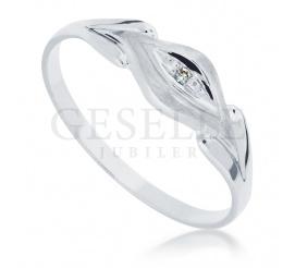 Elegancki i subtelny pierścionek z białego złota 14K z brylantem o masie 0.01 ct