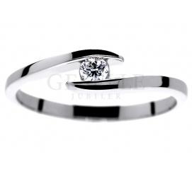Oryginalny pierścionek od GESELLE Jubiler: symetryczna szyna i brylant o masie 0,09 ct