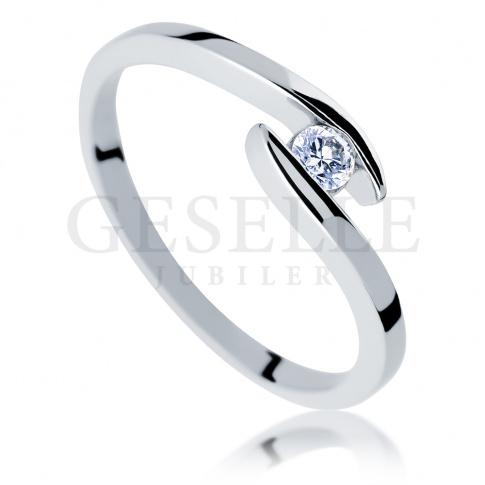 Oryginalny pierścionek: symetryczna szyna i brylant o masie 0.10 ct