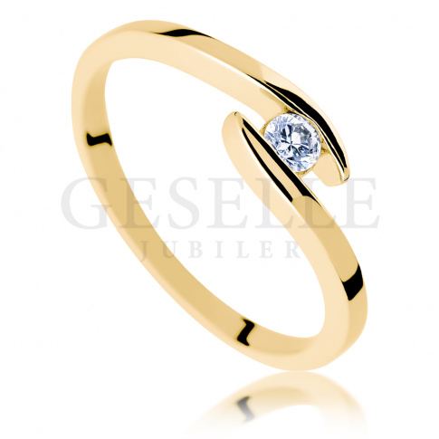 Nowoczesny pierścionek zaręczynowy z żółtego złota z brylantem o masie 0.10 ct