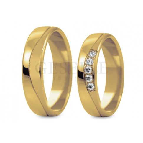 Złote obrączki ślubne ze wzorem i rzędem cyrkonii lub brylantów z kolekcji Stelmach
