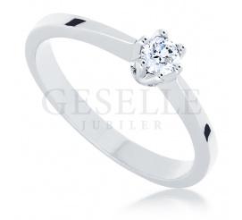 Przepiękny, klasyczny pierścionek na oświadczyny: białe złoto i brylant o masie 0.15 ct - piękno, które nigdy nie wychodzi z mody