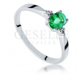 Pierścionek zaręczynowy z białego złota z zielonym naturalnym szmaragdem i diamentami
