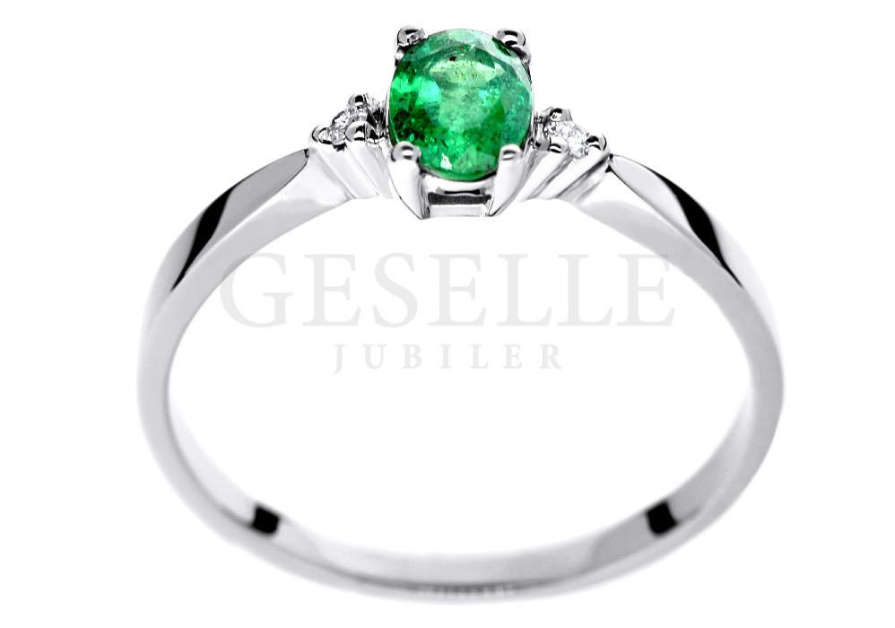 283af9405f77df ... Pierścionek zaręczynowy z białego złota z zielonym naturalnym szmaragdem  i diamentami. Podziel się: