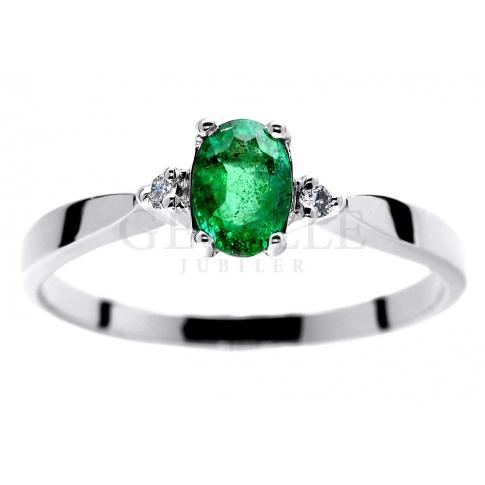 3013eeb89bec52 Pierścionek zaręczynowy z białego złota z zielonym naturalnym szmaragdem i  diamentami - Pierścionki zaręczynowe - GESELLE Jubiler