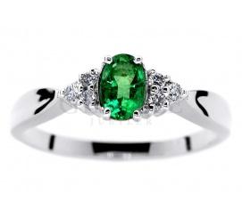 Oryginalny pierścionek z białego złota z pięknym, zielonym szmaragdem i brylantami o łącznej masie 0,09 ct