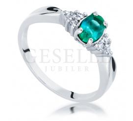 Oryginalny pierścionek z białego złota z pięknym, zielonym szmaragdem i brylantami o łącznej masie 0.09 ct