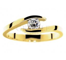 Nowoczesny, symetryczny pierścionek z żółtego złota z brylantem o masie 0,19 karata