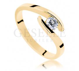 Nowoczesny, symetryczny pierścionek z żółtego złota z brylantem o masie 0.20 ct