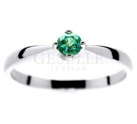 Czarujący pierścionek zaręczynowy z białego złota ze szmaragdem