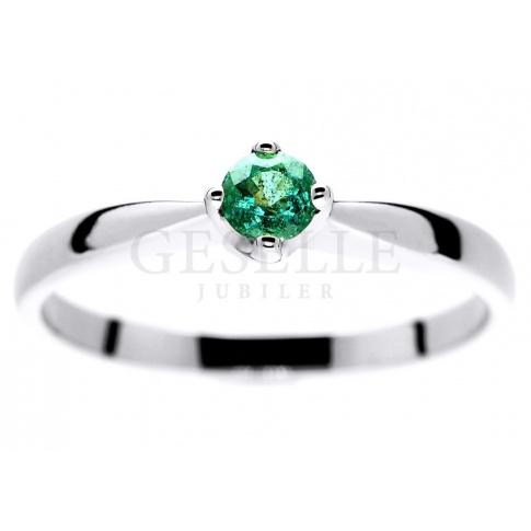 7758d37f27af20 Czarujący pierścionek zaręczynowy z białego złota ze szmaragdem - Pierścionki  zaręczynowe, Na prezent - GESELLE Jubiler