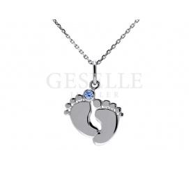 Uroczy srebrny komplet - łańcuszek i zawieszka na prezent dla chłopca w kształcie stopek dziecka z niebieską cyrkonią Swarovskiego - GRAWER W PREZENCIE