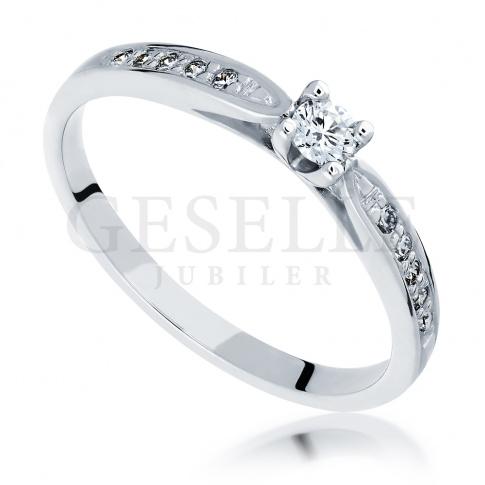 Wyjątkowy pierścionek zaręczynowy z białego złota z brylantami na szynie