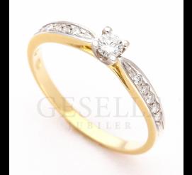 W stylu Tiffany - złoty pierścionek zaręczynowy z jedenastoma brylantami osadzonymi na szynie
