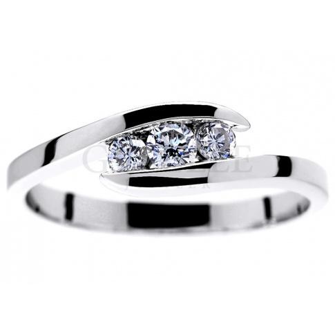 Elegancki pierścionek zaręczynowy z białego złota z trzema brylantami o masie 0.23 ct