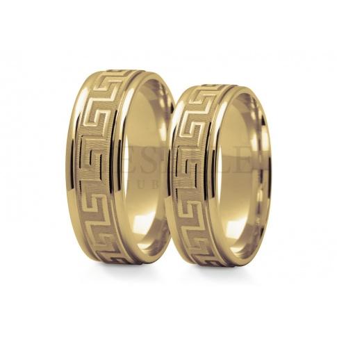 Niebanalne obrączki ślubne z klasycznego złota z greckim wzorem