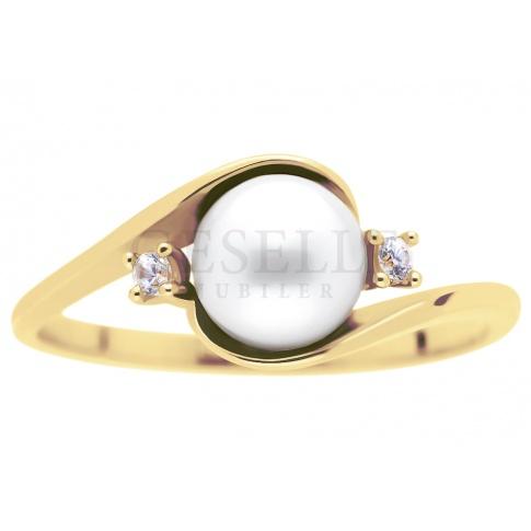Klasyczny, złoty pierścionek z białą perłą hodowlaną i duetem cyrkonii - klasyczny kruszec pr. 585