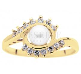 Wyjątkowy pierścionek z prawdziwą perłą hodowlaną w otoczeniu dwóch subtelnych fal cyrkonii