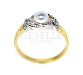 Pełen blasku i czaru pierścionek z perłą otoczoną delikatnymi falami cyrkonii