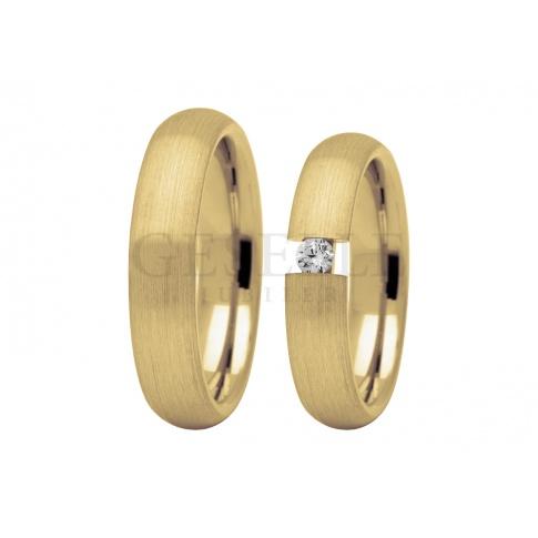 Klasyczne obrączki ślubne z jednym kamieniem - brylantem lub cyrkonią Swarovski ELEMNTS - w otoczeniu żółtego złota