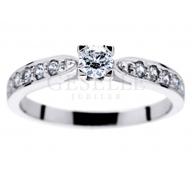 Czarujący pierścionek w stylu Tiffany - kompozycja białego złota i jedenastu brylantów o masie 0,40 ct