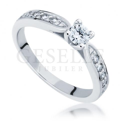 Czarujący pierścionek w stylu Tiffany - kompozycja białego złota i jedenastu brylantów o masie 0.40 ct